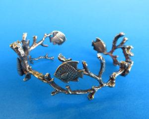 Bronzen armband. Bestaande uit takjes, vissen en een schelpje van brons. Gemaakt met gegoten figuren volgens de Delftse gietmethode. Privé collectie.