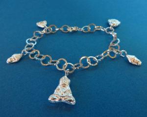 Zilveren armband met 5 Boeddha bedels. In opdracht gemaakt.