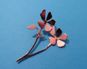 Koperen broche geranium.
