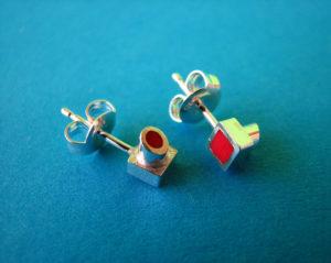 Zilveren oorbel knopjes gevuld met rode kunststof €35,00