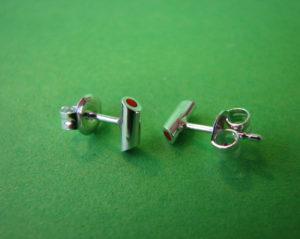 Zilveren oorbel knopjes gevuld met rode kunststof €27,50