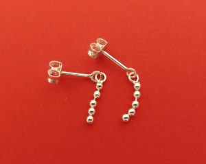 Zilveren oorbel stekertjes met bewegende balletjesketting €35,00