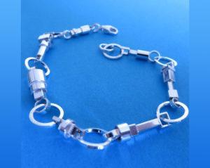 Zilveren armband waarvan de bedels gemaakt zijn van zilveren buisjes. €250,00