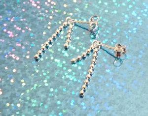 Zilveren oorbellen met dubbele balletjesketting