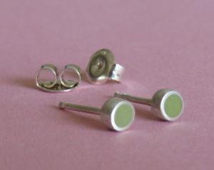 Zilveren oorbelknopjes gevuld met olijfgroen kunststof. Op voorraad €30,00