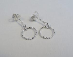 Zilveren oorbelknopjes met bewegend rondje van pareldraad (groot) Op Voorraad €37,50